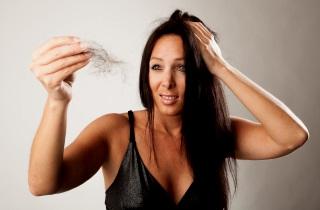 Почему зудит голова и выпадают волосы
