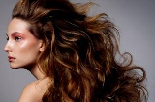 Как преобразить темный цвет волос с помощью колорирования