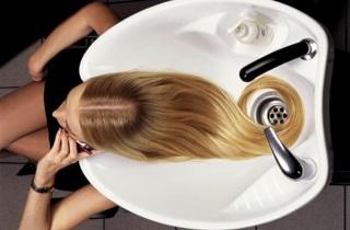 Нужно ли мыть голову перед мелированием