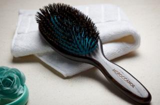 По каким признакам нужно выбирать щетку для укладки волос