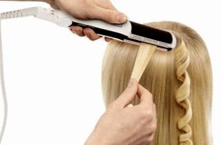 Как уложить волосы с помощью утюжка