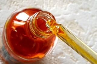 Улучшаем структуру волос с помощью вазелинового масла