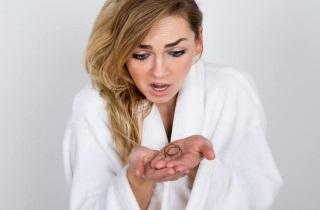 Выпадение волос с белым кончиком