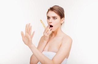 Почему выпадают волосы и слоятся ногти