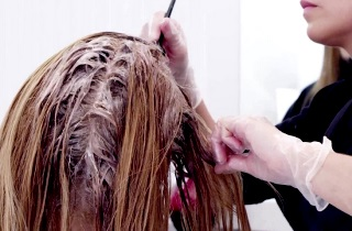 Окрашивание волос в золотистый цвет в салоне